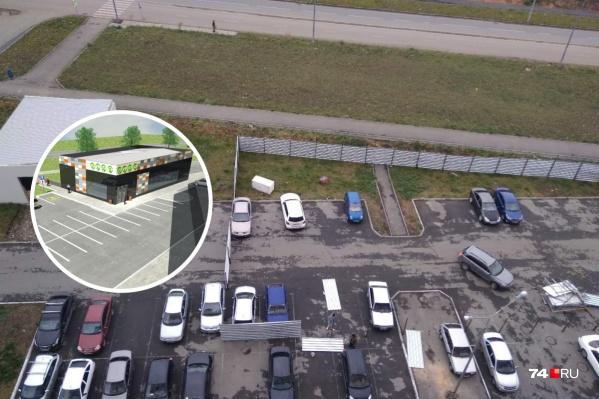 Строительный забор смонтировали на днях, несмотря на припаркованные машины