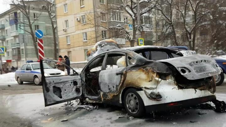 «Вспыхнул, как факел»: автомобиль выгорел дотла после ДТП наАвроры — Гагарина