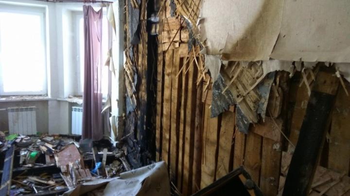 В выгоревшем доме на Кузнецова в Волгограде разобрали полы и все перегородки