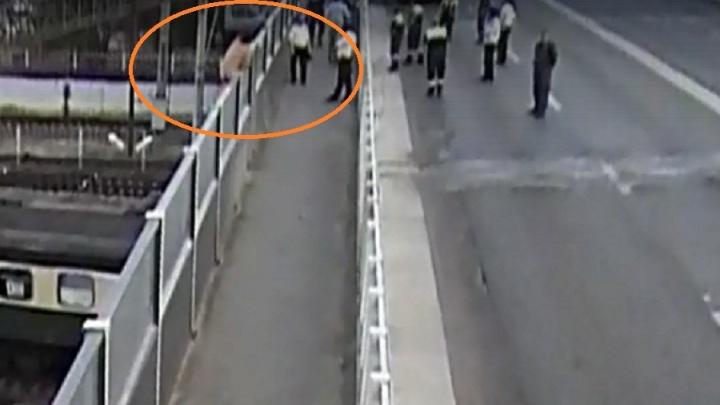 Голый мужчина в Волгограде грозился спрыгнуть с Комсомольского моста: видео