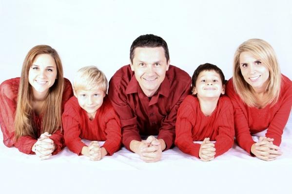 Раньше семьи получали пособие, если доход в месяц на человека был меньше 10 098 рублей. Сейчас эту планку повысили вдвое