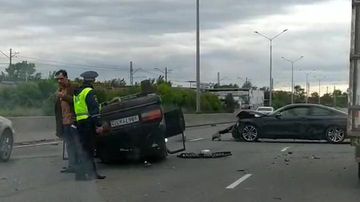 Cтолкнулись три машины: напротив управления ГИБДД в Челябинске произошла авария с переворотом