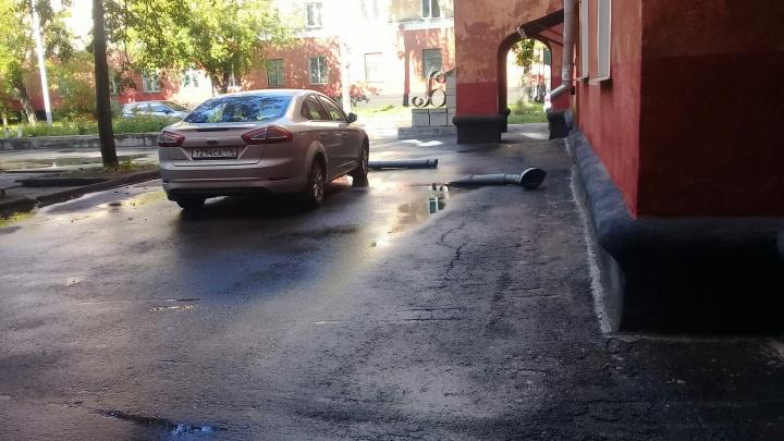 На Богдашке кусок водосточной трубы упал на автомобиль