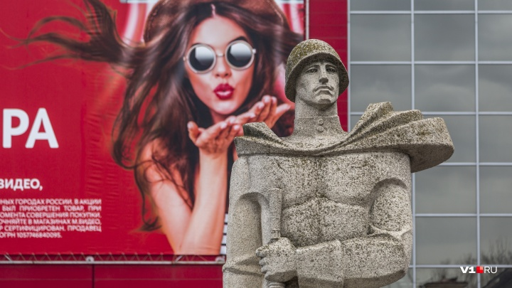 Рекламирует кондиционеры: в Волгограде рушится памятник тракторостроителей защитникам города