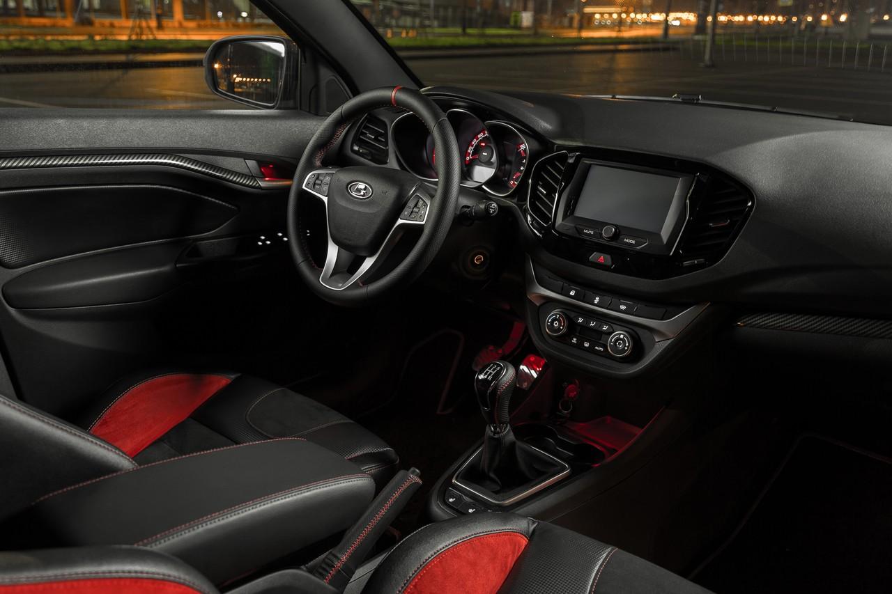 У автомобиля спортивные сиденья с красными вставками, но кожа и замша — искусственные