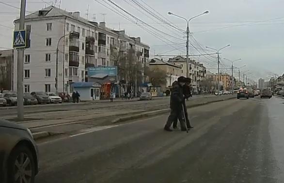 «Герой нашего времени»: парень выбежал из машины на «зебре» и помог дедушке перейти дорогу