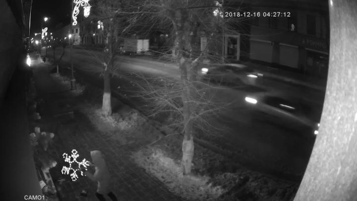Попал на видео: в Самаре ищут хулигана, который сорвал снежинку с кинотеатра «Художественный»