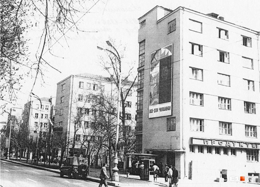 В отличие от разнообразных «городков» (типа Городка чекистов, Городка милиции) дом-коммуна — это единое здание, где все жилые и административные корпуса соединены наземными переходами