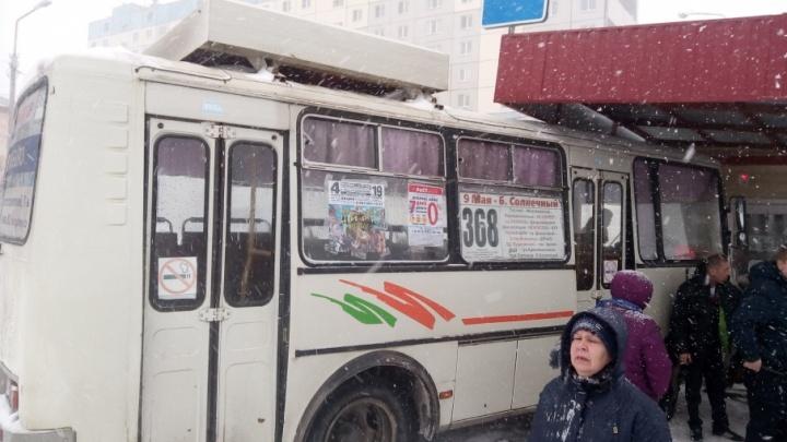 Водитель автобуса протаранил остановку в Кургане
