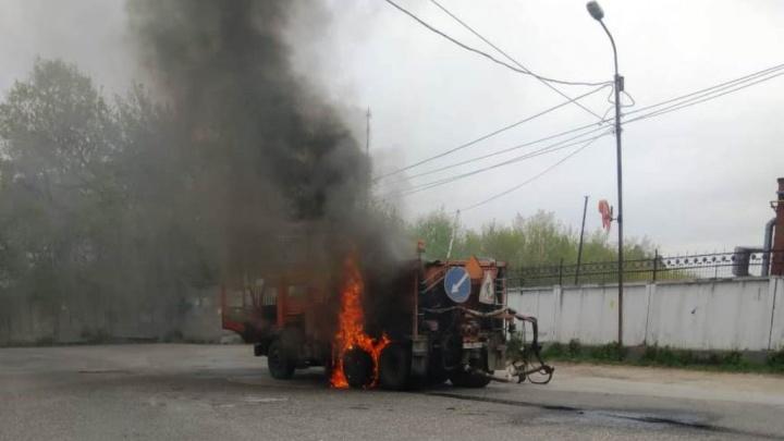 «У водителя обгорели руки и лицо»: огонь уничтожил КАМАЗ в Заельцовском районе (обновлено)