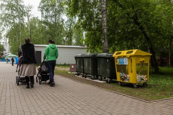В «Берёзовой роще» установили три урны для пластиковых отходов