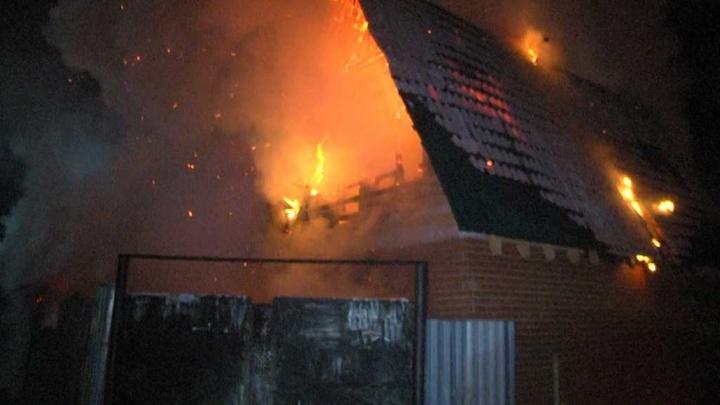 Огонь было видно издалека: в посёлке Семь Ключей сгорели два жилых дома, есть пострадавшие