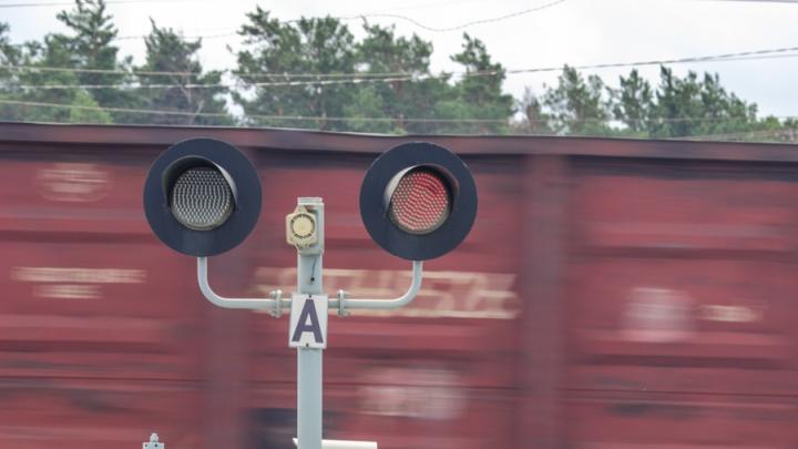 Мотоцикл врезался в поезд на переезде: двое погибли