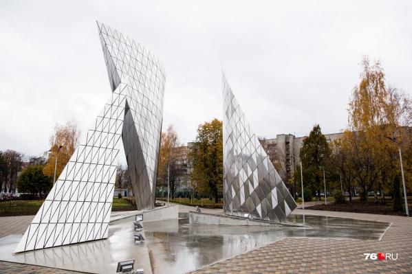 Вечером памятник 100-летию ВЛКСМ будет подсвечиваться и переливаться разными цветами