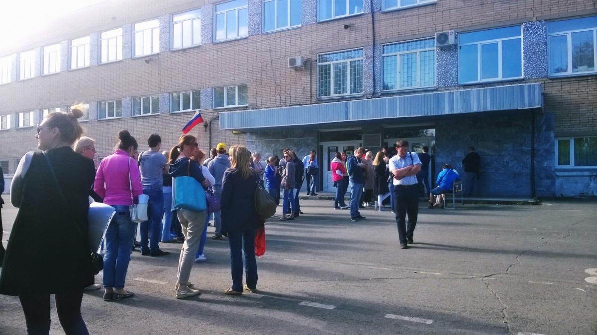В прошлом году возле гимназии № 93 выстроилась большая очередь