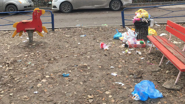К году Свиньи — готовы: ростовчане не донесли пакет до мусорки и оставили его на детской площадке