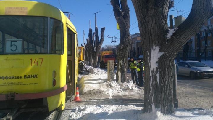 На улице Машиностроителей под колёсами трамвая погиб мужчина