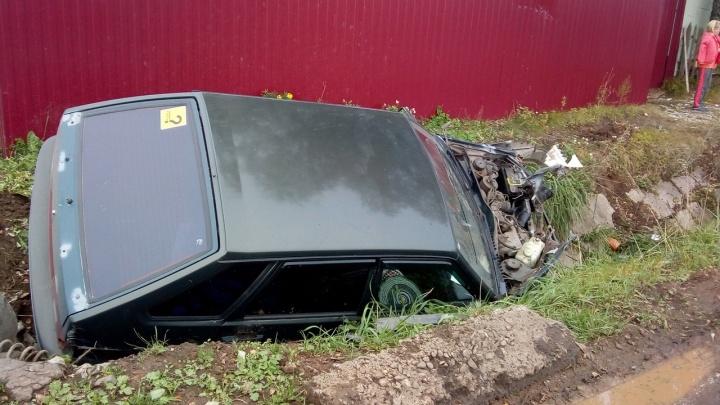 «Девятки» в хлам: в Ярославской области машина выкинула припаркованную легковушку в канаву