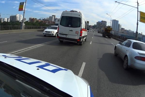 Автоинспекторы утром сопровождали экипажи скорой помощи