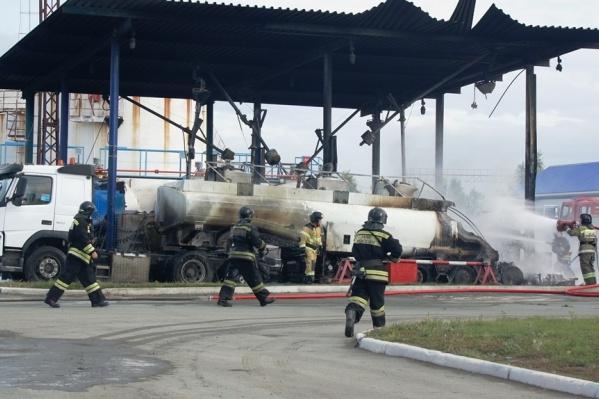 Во время возгорания бензовозы стоялина наливной эстакаде автозаправочного комплекса