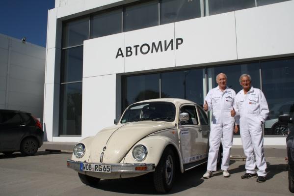Гюнтер Кирхгоф едет наVolkswagen Beetle 2003 года выпуска