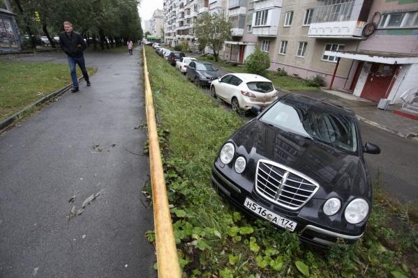 Похоже, звёздная манера парковки этого автомобиля связана с тем, что владельцы уверены, будто ездят на Mercedes-Benz E-класса. На самом деле это KIA Opirus, так что паркуйтесь скромнее, господа!