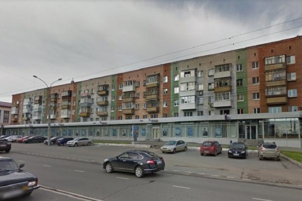 Истица живет в доме 26 на улице Революции и считает, что реконструкция дороги нарушает ее права