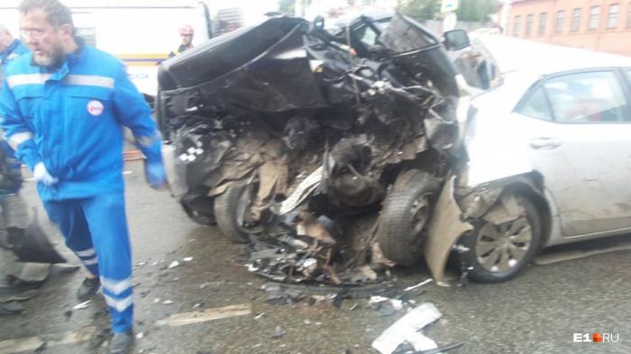 Страшные повреждения авто, двое погибших, а виновник до сих пор на свободе
