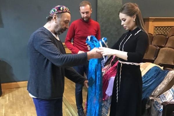 Юля лично вручила актерам каждое платье