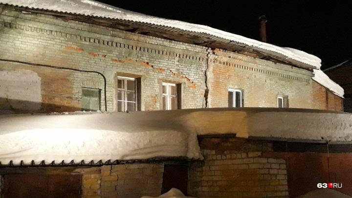 Будто треснул пополам: на улице Чапаевской крыша жилого дома обрушилась под тяжестью снега