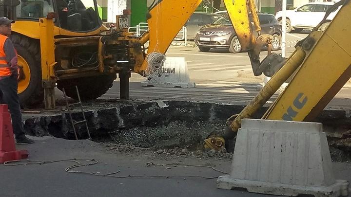 Пригнали тяжёлую технику и всё разворотили: провал в центре Челябинска пообещали заделать в четверг