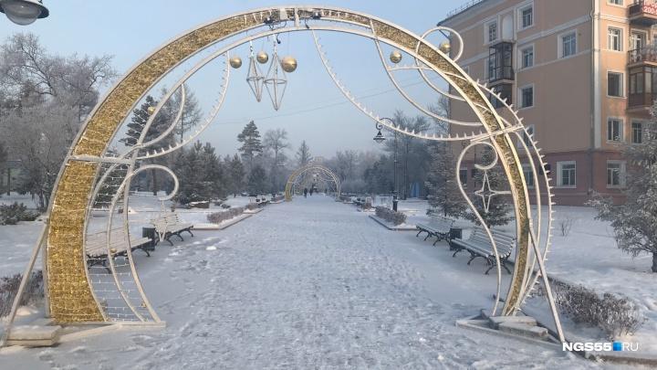 В сквере Дзержинского перед мэрией установили пять светящихся арок