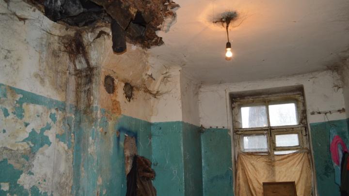 Управляющая компания в Закамске поставит подпорки в дом, где часть потолка обрушилась на пермяка