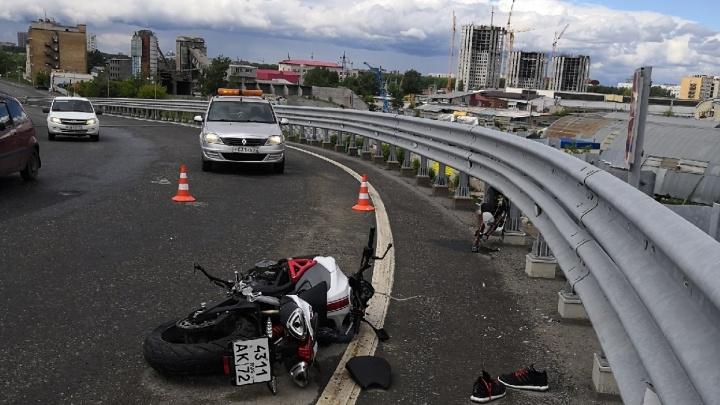 На 50 лет ВЛКСМ погиб байкер: он врезался в отбойник и упал с путепровода
