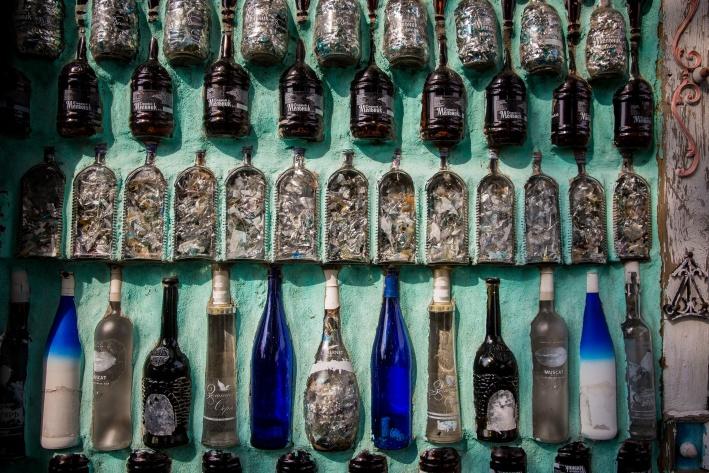 В прозрачные бутылки набивают новогодний дождик, чтобы они переливались на солнце