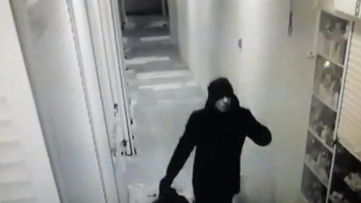 Утеплился к морозам: в Волгограде по видео задержали похитителя с мешком свитеров