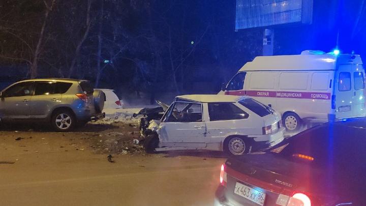 В ДТП на улице 50 лет ВЛКСМ в Тюмени пострадали три человека. Одну из машин отбросило на опору ЛЭП