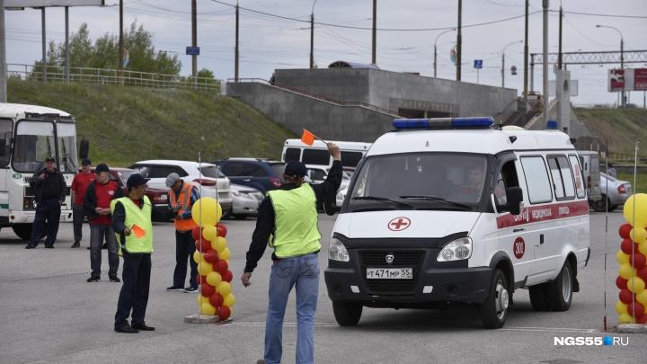 Водители омских скорых устроили гонки на парковке у «Арены Омск»
