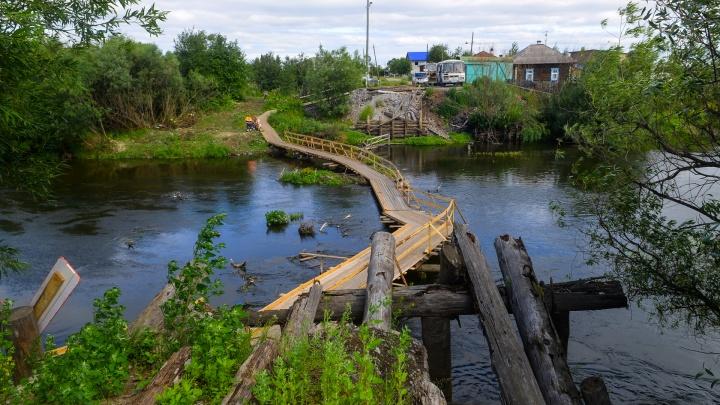 Деревня Робинзонкино: как жители уральского села скинулись и построили мост через реку