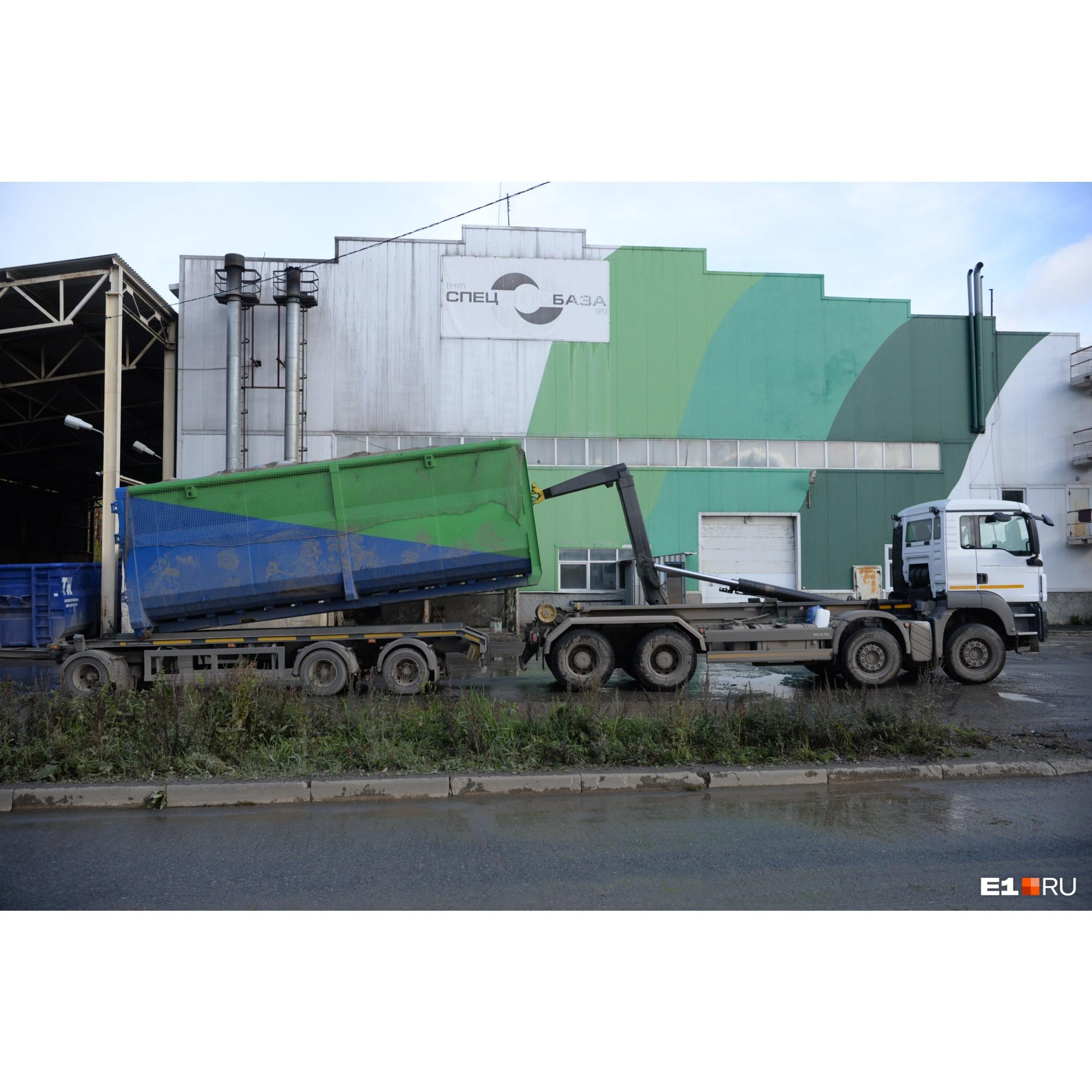 Мультилифт везет два таких контейнера за один прием