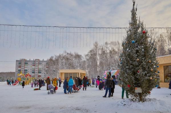 Дед Мороз и Снегурочка зажгут огни на главном символе Нового года — большой и красивой ёлке