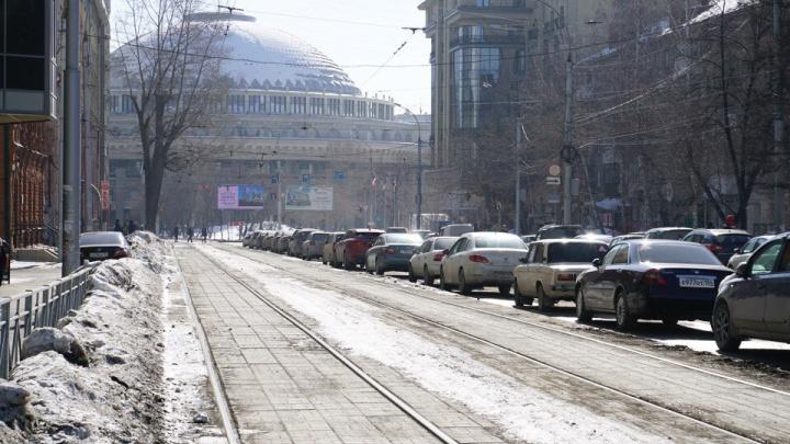 Водителям запретили парковаться у трамвайных рельсов возле оперного театра