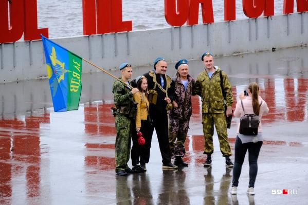 Десантники собираются на набережной