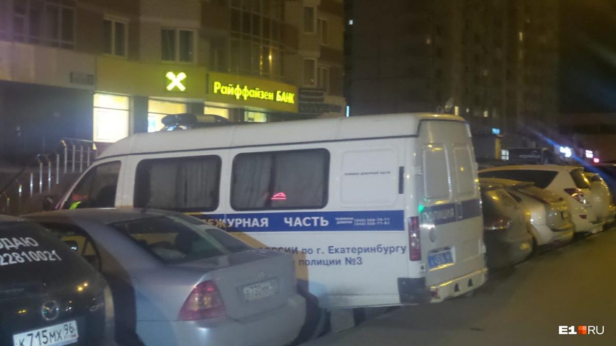 Угрожал оружием и забрал деньги из кассы: в Екатеринбурге ограбили отделение «Райффайзенбанка»