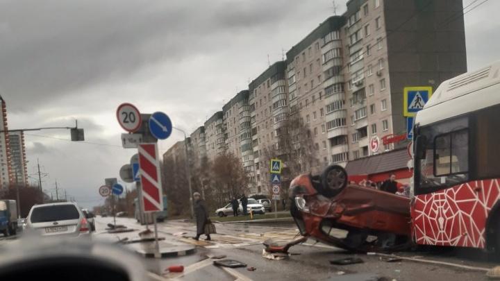 В Перми легковушка перевернулась и столкнулась с автобусом № 77