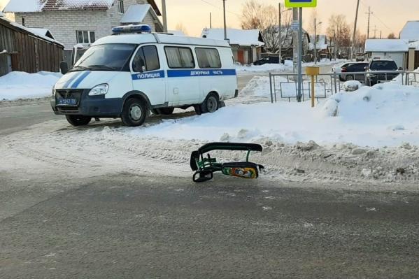 Дядя вез племянника на снегокате, они переходили дорогу по нерегулируемому пешеходному переходу