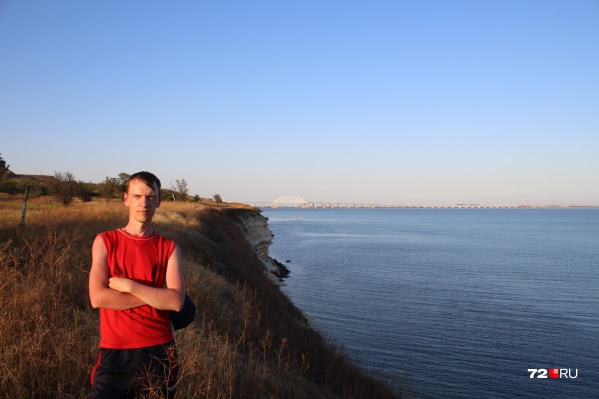 На дальнем плане— знаменитый Крымский мост, по которому уже вовсю колесят туда-обратно сотни машин ежедневно