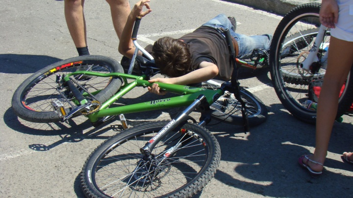 «Он зашатался и упал на капот»: в Волгограде уставший велосипедист рухнул на маршрутку