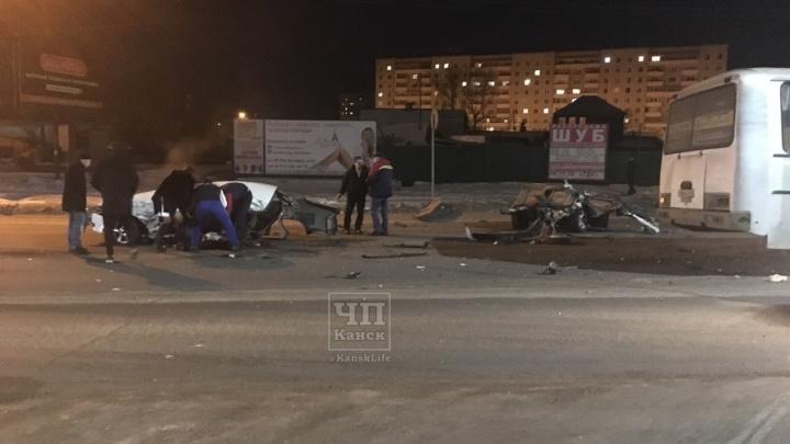 В Канске «Тойоту» разломило напополам после столкновения с автобусом