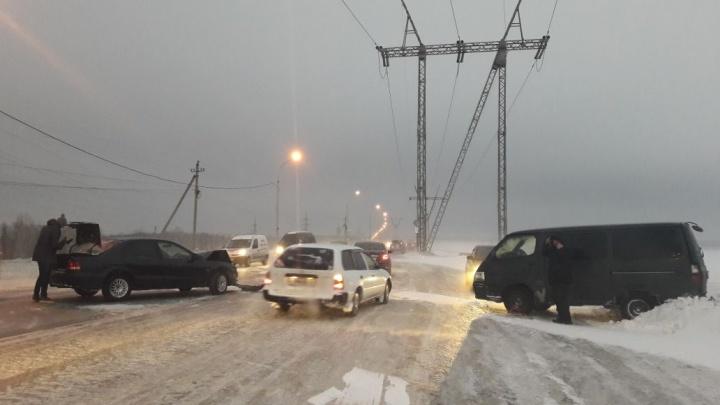 Микроавтобус Toyota сдуло на встречкуна дамбе ГЭС